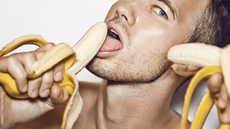 一个香蕉和他的嘴和脸靠近的人