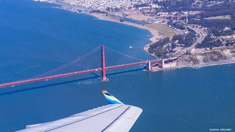 阿拉斯加航空公司的骄傲飞机飞越旧金山金门