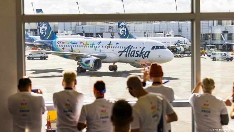 客人排队观看阿拉斯加骄傲飞机