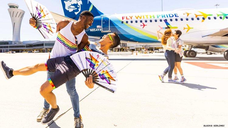 Teraj 和 Barry 在阿拉斯加航空公司的骄傲飞机前俯身
